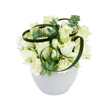 avec un travail de roses blanches, des succulentes et un travail de feuillage