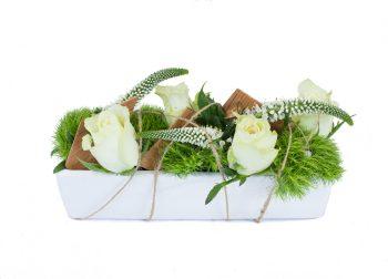 basse avec des roses blanches, des œillets poètes, des véroniques blanches