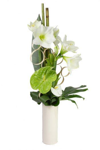 bouquet hauteur structuré avec amaryllis blanc, anthurium vert, orchidée, accessoires et travail de feuillage