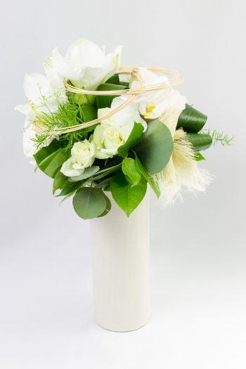 Bouquet rond avec son vase d'amaryllis blanc, de roses blanches avec travail de feuillage
