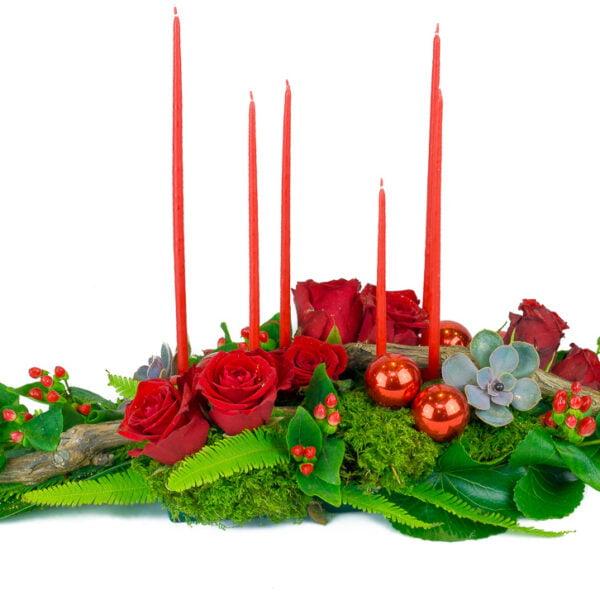 centre de table rouge composé de roses rouges avec hypéricums rouges, plantes grasses