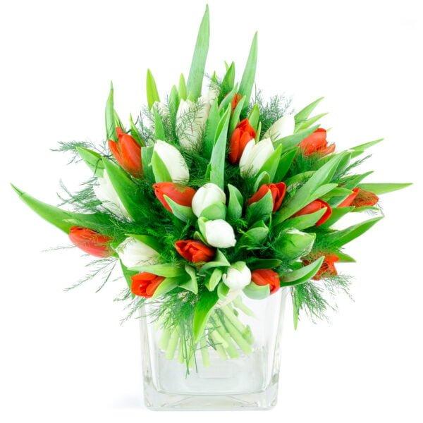 bouquet saisonnier composé de tulipes blanches et rouges, avec du feuillage