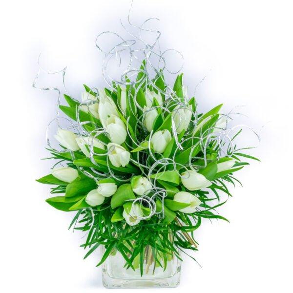 bouquet hivernal de tulipes blanches avec décoration argentée