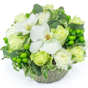Colombe : composition basse avec roses blanches pour la Saint Valentin