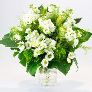 Bouquet rond avec lisianthus, roses blanches, giroflées