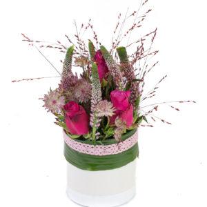 Composition avec des roses fushias, des véroniques roses, des fleurettes