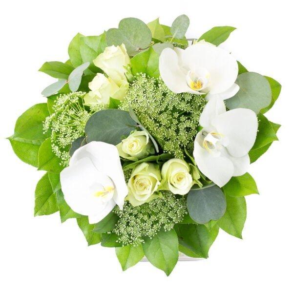 Le Sérénité, Bouquet rond blanc et vert avec des roses blanches, des orchidées blanches