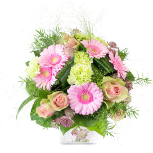 L'Eden, bouquet rond avec des roses roses, des germinis roses, des œillets